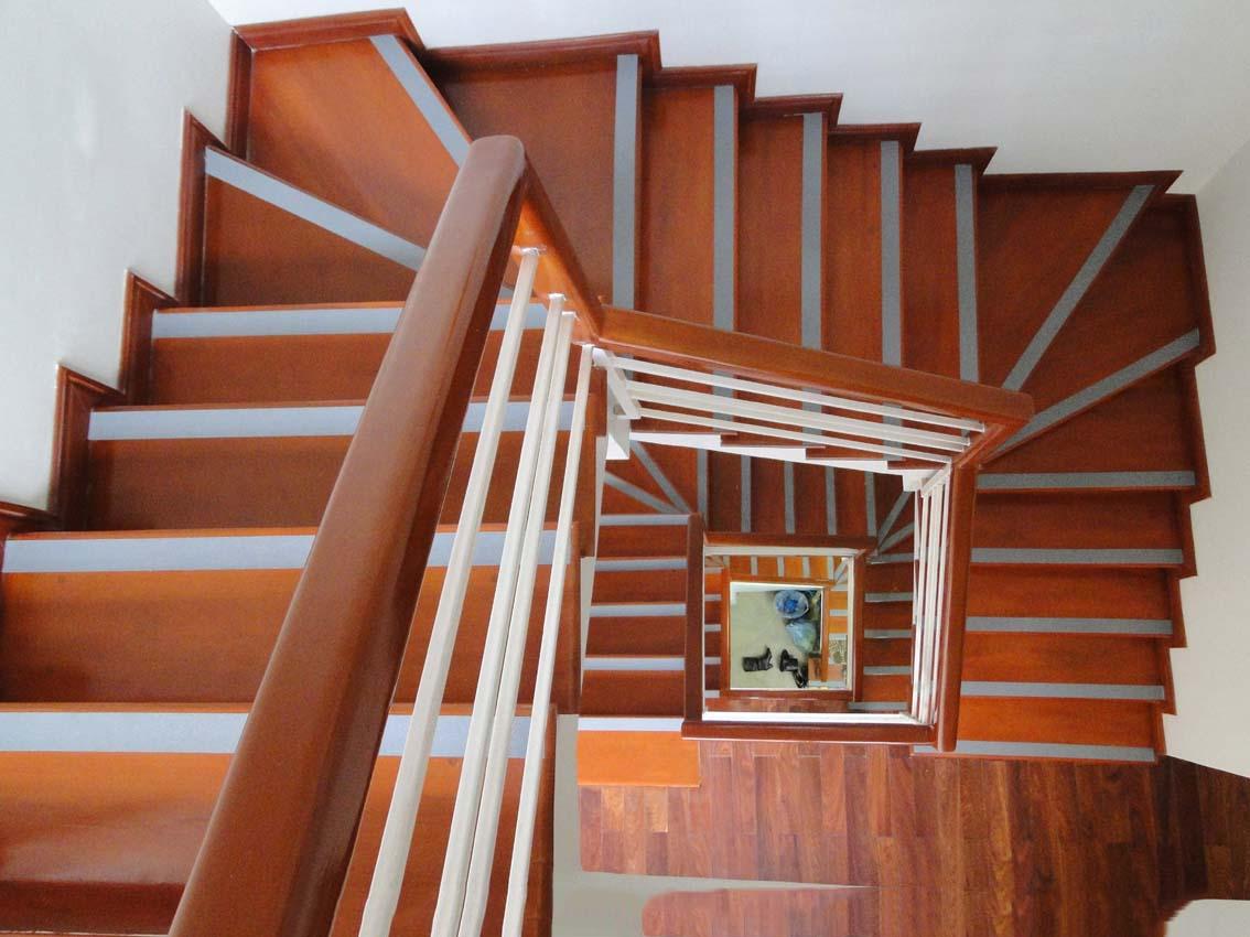 Tìm hiểu chi tiết những ưu nhược điểm của cầu thang gỗ công nghiệp