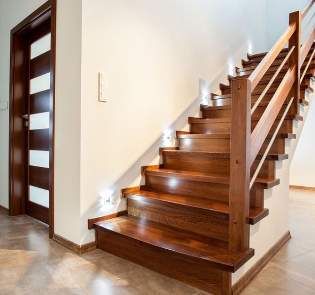 Cầu thang kính hay gỗ rẻ hơn?