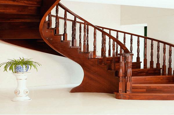 Nên làm bậc cầu thang bằng gỗ hay đá