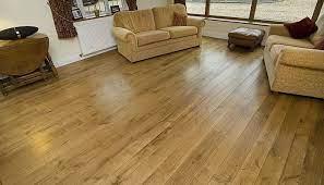 Bật mí kinh nghiệm vệ sinh sàn gỗ công nghiệp đúng cách